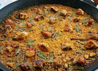 Photo d'une paella Valencienne traditionnel avec du lapin et du poulet