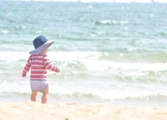 Photo d'un enfant sur la plage Malvarrosa de Valence