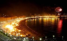 Feux d'artifices et feux de joie sur la plage Malvarossa pour la Noche de San Juan