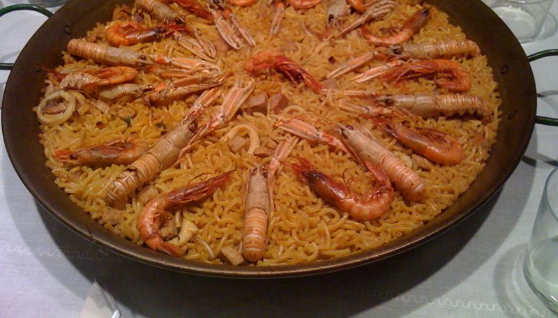 plat typique de Valencia, la fideua ressemble beaucoup à la paella. Elle est souvent accompagnée de fruits de mers.