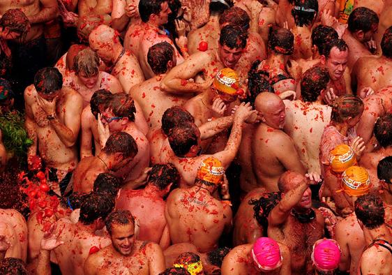 Tomatina de Bunol. Les gens sont venus en maillot de bain et lunnettes de plongée