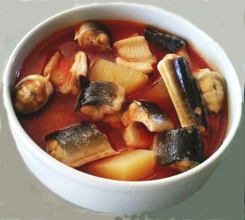un plat d'all i pebre, à base de morue frite dans l'huile avec des amendes et de l'ail